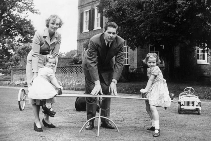 regele regina se joaca cu fetele